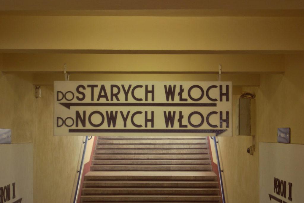 """Tablice z napisem """"Do Starych Włoch do Nowych Włoch"""" wiszące w przejściu podziemnym pod stacją Warszawa Włochy"""