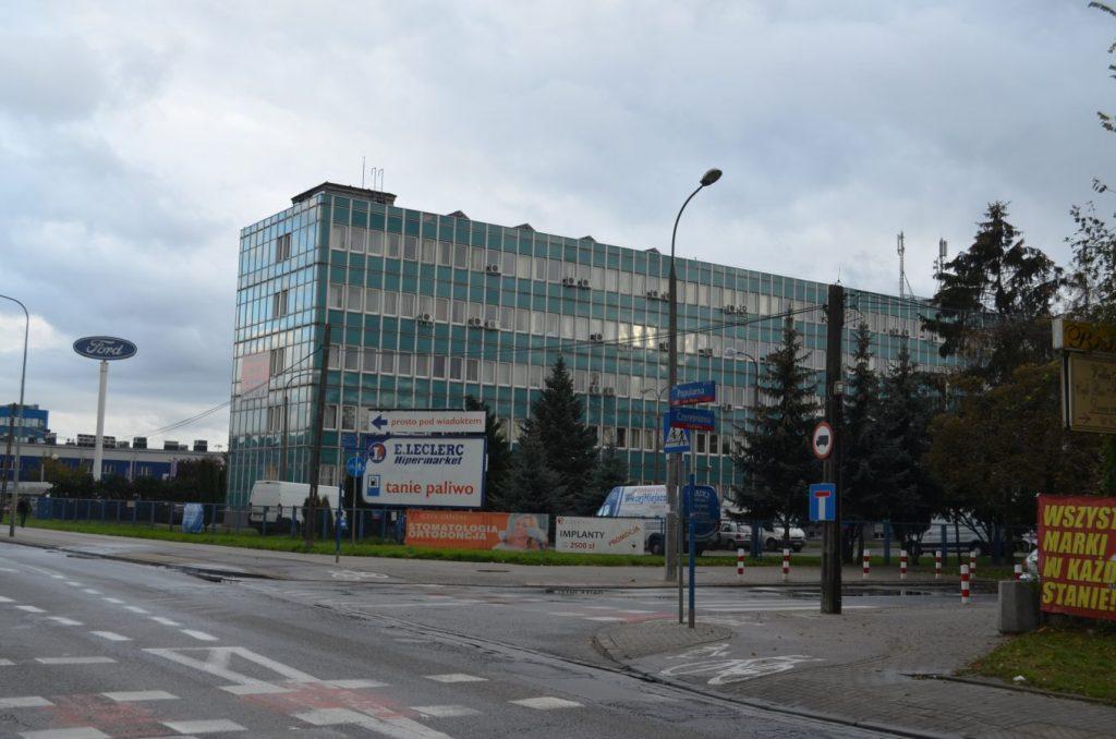 Róg ulicy Czereśniowej i ul. Popularnej - widok na stary niebieski biurowiec