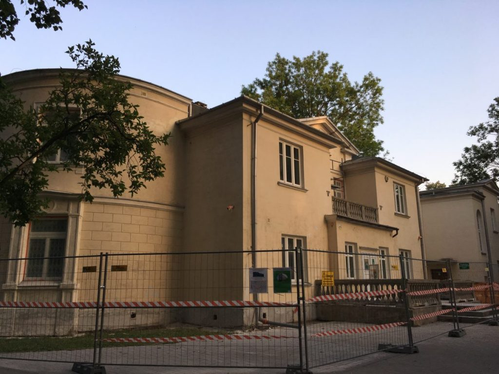 Remont Pałacyku Koelichenów. Siedziba włochowskiej biblioteki otoczona ogrodzeniem.