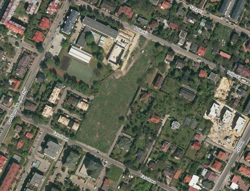 Widok z lotu ptaka na działkę między ul. Solipską i Fasolową, gdzie planowana jest inwestycja