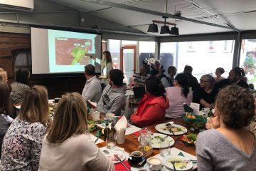 widok na mieszkańców siedzących przy stole podczas Śniadania Sasiedzkiego we Włochach