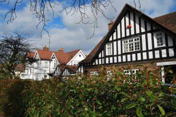 Widok na domy i żywopłoty w angielskim Letchworth