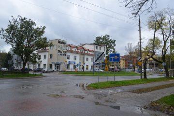 Widok na budynek stojący na rogu ul. Milanowskiej i Popularnej