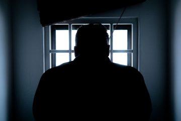 widok na postac za kratami w wiezieniu