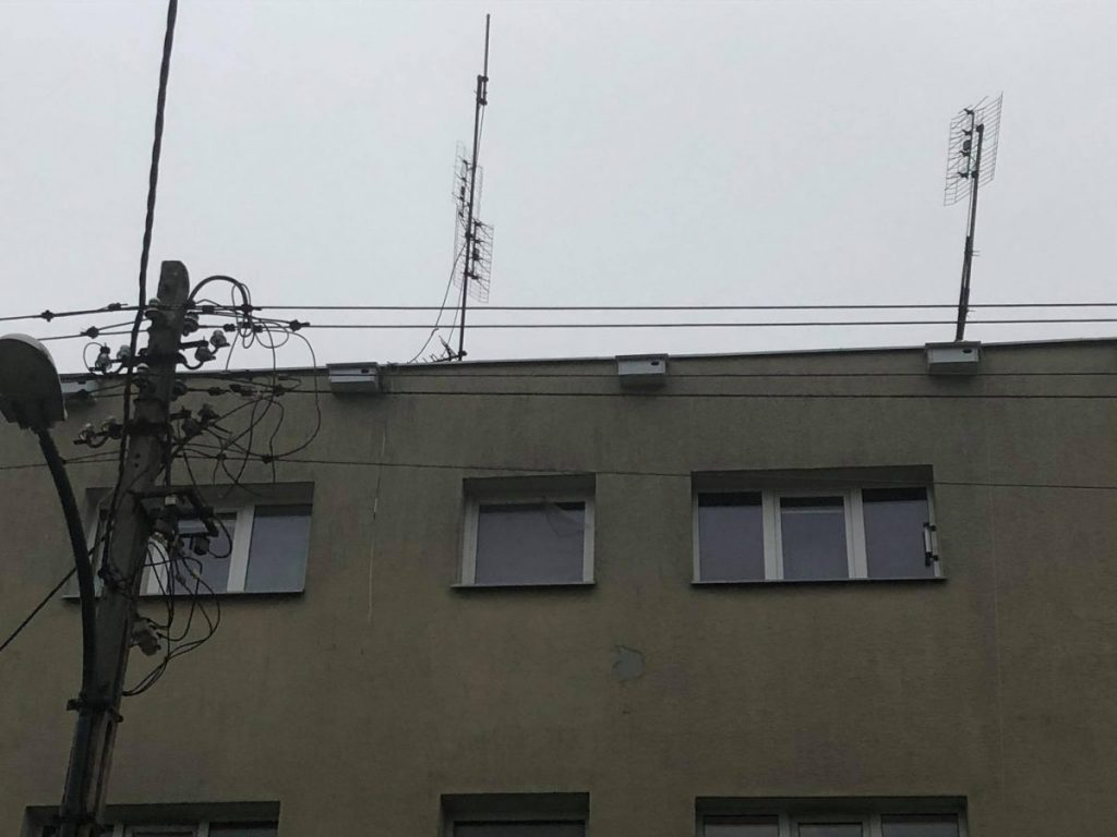 trzy skrzynki lęgowe na beżowym budynku na ul. Mikołajskiej